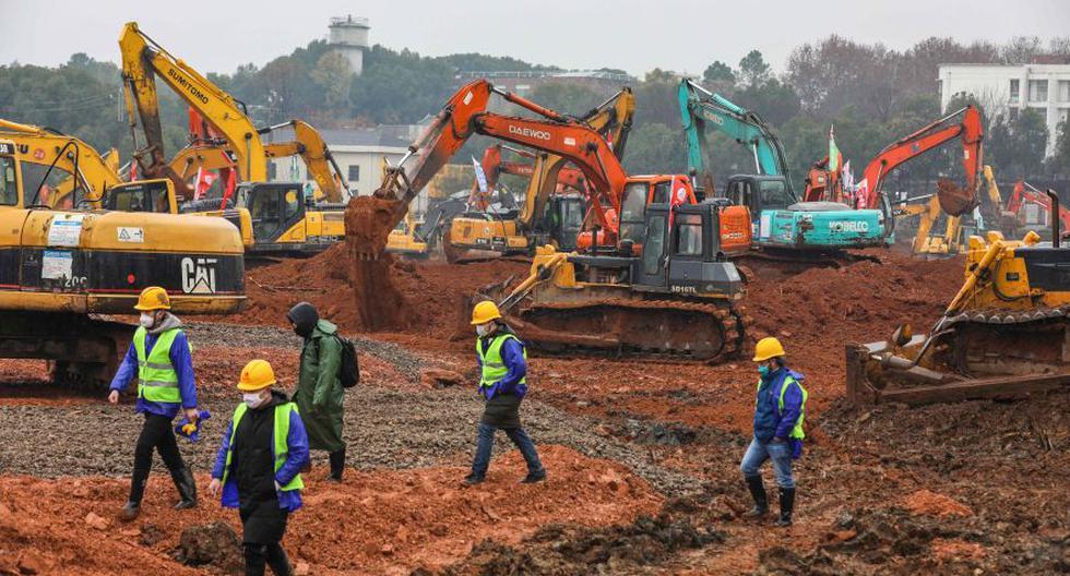 Este viernes, más de un centenar de tractores y otras máquinas pesadas empezaron a trabajar frenéticamente en China para levantar en 10 días el primer hospital para tratar a los infectados del coronavirus. Ahora, planean crear el segundo hospital. (Foto: AFP).