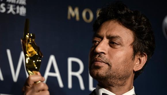 En esta foto de archivo tomada en 2014, Irrfan Khan posa con su trofeo a mejor actor durante los Asian Film Awards, en Macao. (Philippe LOPEZ / AFP)