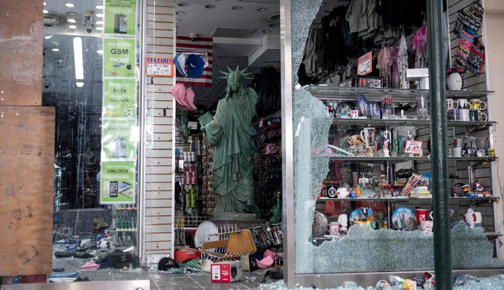 Imagen muestra una tienda de souvenirs saqueada en Manhattan (Nueva York) tras las protestas por la muerte de George Floyd. (AFP / Johannes EISELE).