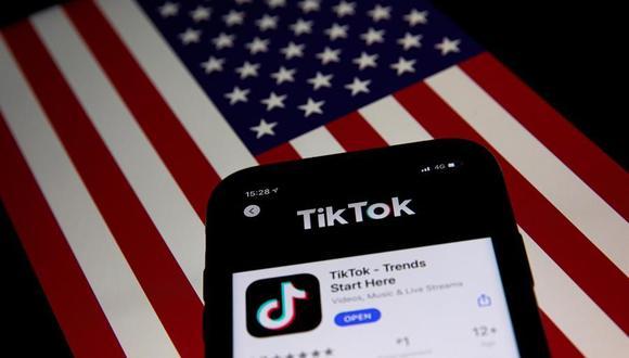 La orden ejecutiva de Donald Trump prohíbe nuevas descargas de TikTok desde el domingo y vetará su uso definitivo en Estados Unidos a partir del 12 de noviembre a menos que se materialice un acuerdo para reestructurar su propiedad. (EFE/EPA/ROMAN PILIPEY).