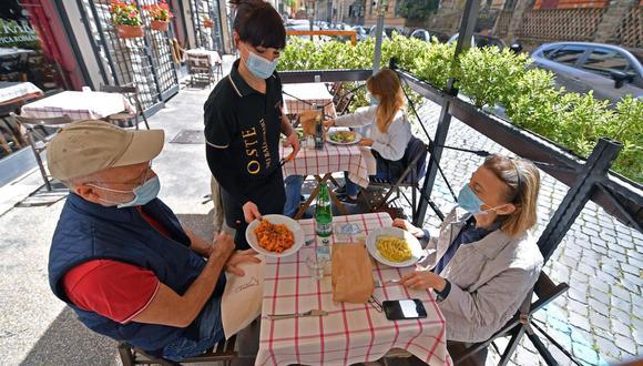 Los clientes se sientan en un restaurante después de la reapertura en Roma, Italia, el 26 de abril de 2021. Las restricciones relacionadas con el coronavirus en la mayor parte de Italia disminuyeron este lunes. (EFE / EPA / ETTORE FERRARI).