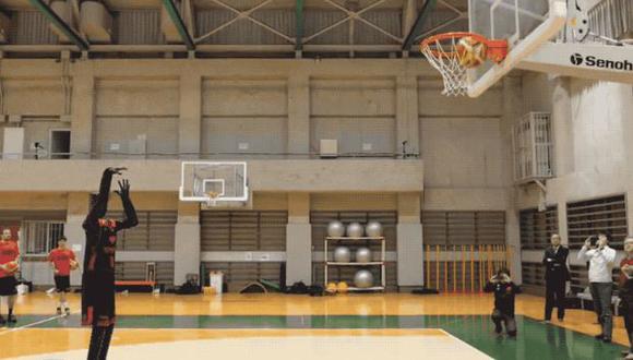 El robot aprendió a jugar baloncesto mediante la Inteligencia Artificial. (Foto: captura)