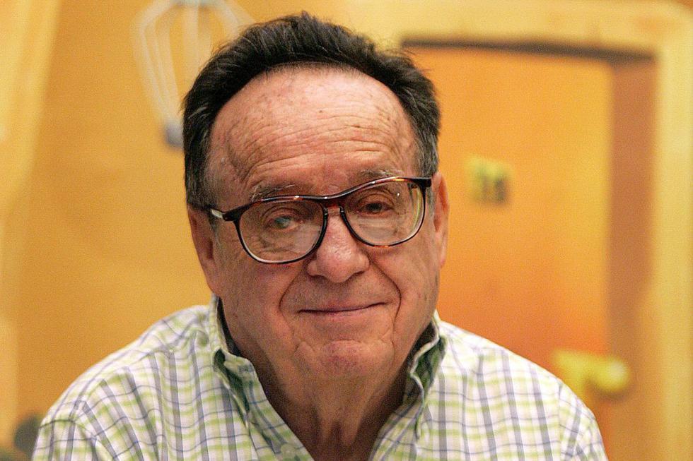"""El actor Roberto Gómez Bolaños más conocido como Chespirito, fue el creador de personajes entrañables como """"El Chavo del 8"""" y """"El Chapulín Colorado"""". En esta imagen está posando para fotógrafos durante el lanzamiento de """"El Chavo-La serie animada"""" en 2006 (Foto: Luis Acosta / AFP)"""