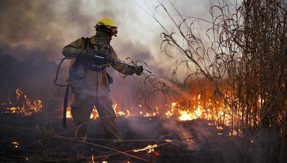 Un bombero trabaja para apagar un incendio en Córdoba, Argentina, el lunes 12 de octubre de 2020. (AP/Nicolás Aguilera).