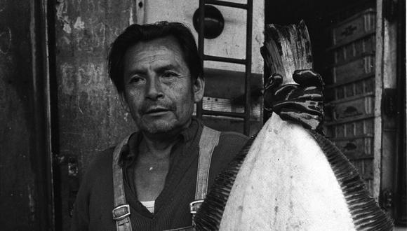 Un vendedor de pescado del mercado mayorista de La Parada sostiene uno de sus lenguados en mayo de 1984. Foto: Archivo EC.