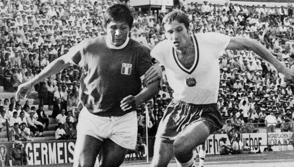 Hugo Sotil ingresó al terreno de juego en el segundo tiempo. En la foto se le ve luchando por un balón con el defensor búlgaro Ivan Davidov. (Foto: AFP)