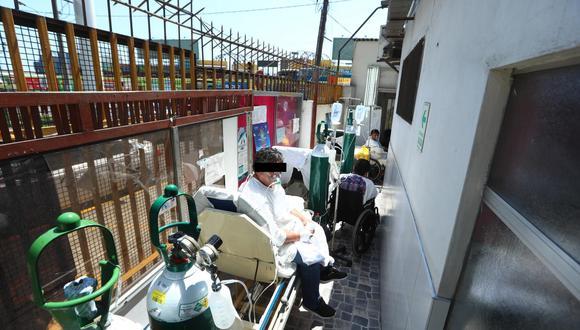 Una reja de fierro separa a la vía pública de este estrecho pasadizo sin techo donde cuatro pacientes reciben tratamiento ante COVID-19. (Foto: Alessandro Currarino)