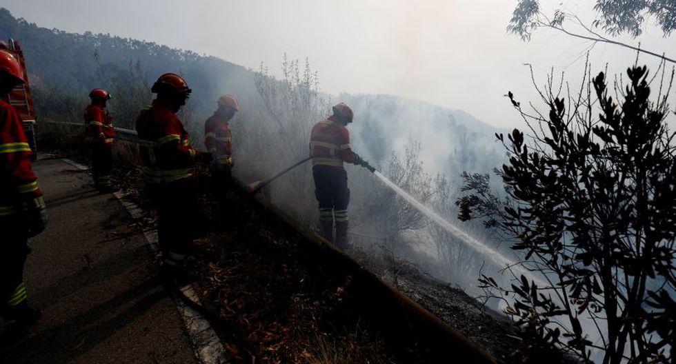 Las autoridades de protección civil de Portugal dijeron que el humo estaba dificultando el acceso a la zona de los aviones contraincendios, pero nueve helicópteros participaban también en el operativo, junto con 350 camiones de bomberos. (Foto: Reuters)