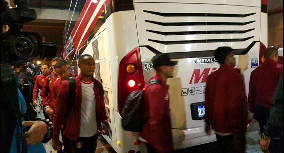 Selección peruana fue recibida en hotel por cientos de fanáticos. (Foto: Pedro Canelo - Enviado Especial)
