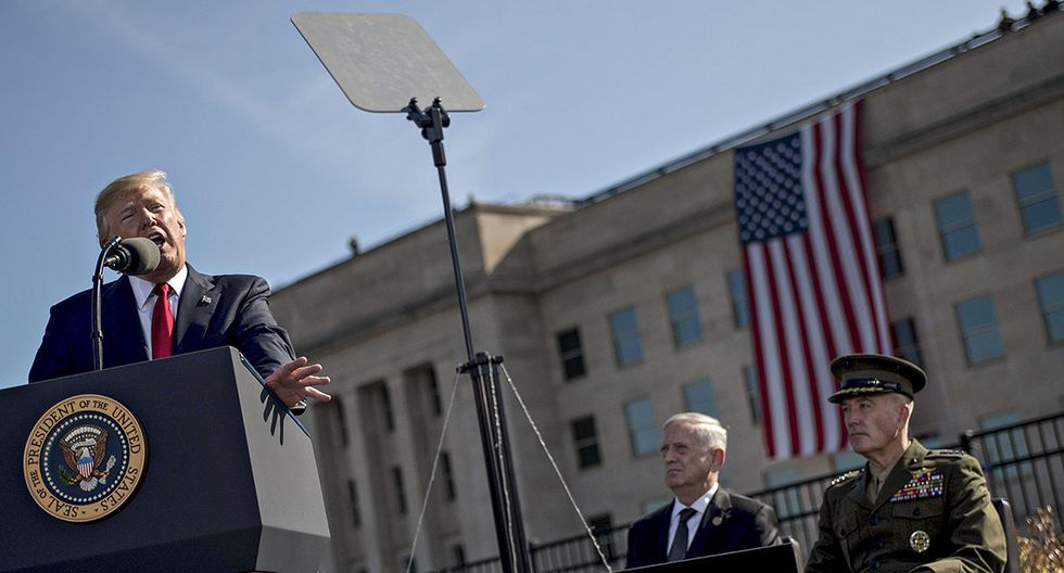 MRX13 VIRGINIA (ESTADOS UNIDOS), 11/09/2017.- El presidente estadounidense, Donald Trump (i), junto al secretario de Defensa estadounidense, James Mattis (c), entre otros, pronuncia su discurso durante la ceremonia de conmemoraciÛn del decimosexto aniversario de los atentados del 11 de septiembre de 2001, en el Pent·gono, Arlington, Virginia (Estados Unidos), hoy, 11 de septiembre de 2017. Estados Unidos sufriÛ el mayor atentado terrorista de su historia con casi tres mil muertos hace hoy 16 aÒos. Las Torres Gemelas de Nueva York quedan reducidas a escombros tras el impacto de dos aviones de pasajeros, secuestrados por un comando de Al Qaeda. El Pent·gono fue impactado por otra aeronave y un cuarto aviÛn se estrellÛ en Pensilvania. EFE/Andrew Harrer / POOL