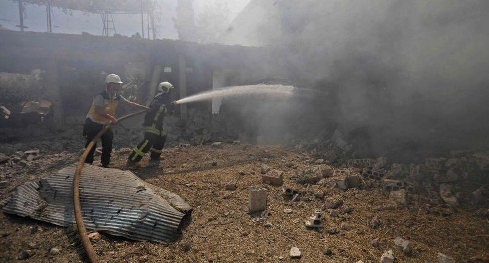 En la ciudad de Mhambal, en el suroeste de la provincia de Idlib, se declaró un gran incendio en una gasolinera bombardeada, constató un corresponsal de la AFP. (Foto: AFP)