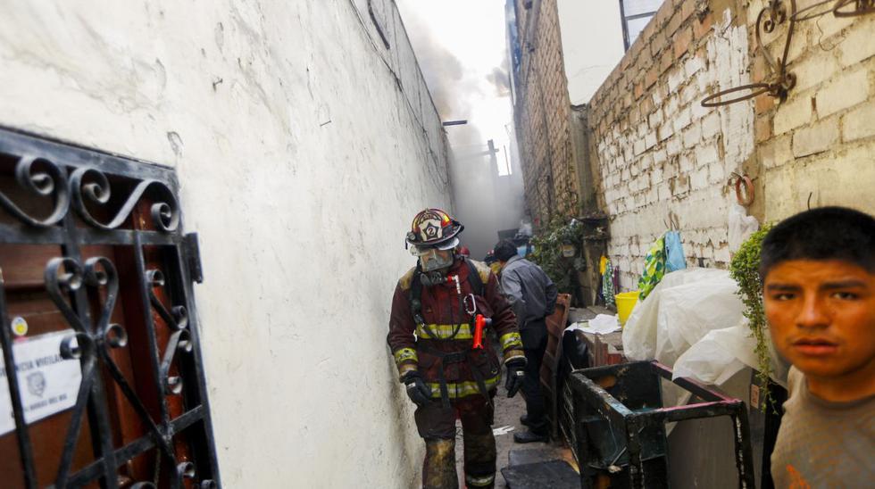 Más de 25 unidades sofocaron fuego en solar del centro [FOTOS] - 1