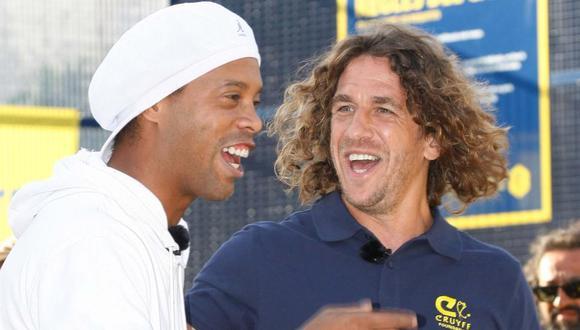 Ronaldinho se dio cuenta de que Carles Puyol estaba distraído, así que aprovechó el momento para realizar una pequeña acción que lo caracterizó en su etapa como futbolista. (Foto: AFP)