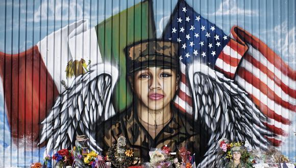 En esta foto de archivo, tomada el 14 de agosto de 2020, se aprecian velas y flores decorando un memorial improvisado para la especialista del ejército de los EE. UU. Vanessa Guillen, frente al Power House Gym, en Houston, Texas. (Mark Felix / AFP)