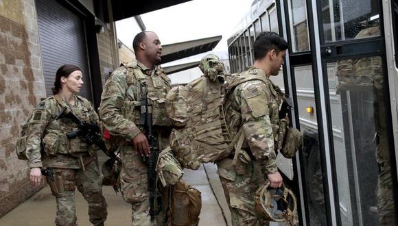 En esta fotografía de archivo del sábado 4 de enero de 2020, soldados del ejército de Estados Unidos suben con su equipo a un autobús en el Fuerte Bragg, Carolina del Norte, en momentos en que efectivos de la 82da División Aerotransportada eran desplegados en el Medio Oriente como refuerzos tras la muerte del general iraní Qassem Soleimani. (AP Foto/Chris Seward, Archivo).