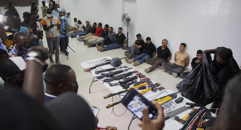 Sospechosos del asesinato del presidente de Haití, Jovenel Moise, y sus herramientas para cometer el crimen. AP