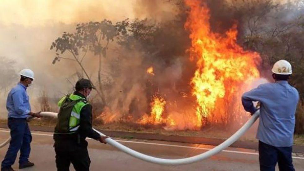 El gobierno usa helicópteros y avionetas para descargar agua sobre las zonas incendiadas.(Foto: Reuters, vía BBC Mundo).