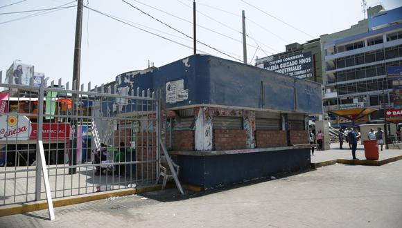 Así se encuentra uno de los baños públicos del Parque Cánepa que fue transformado en puestos de comida. (Anthony Niño de Guzmán)