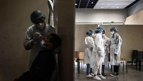 Personal médico espera que los pacientes se sometan a pruebas contra el coronavirus Covid-19 en el barrio de Bacalan de Burdeos, en el suroeste de Francia, el 23 de mayo de 2021. (Foto de Philippe LOPEZ / AFP).