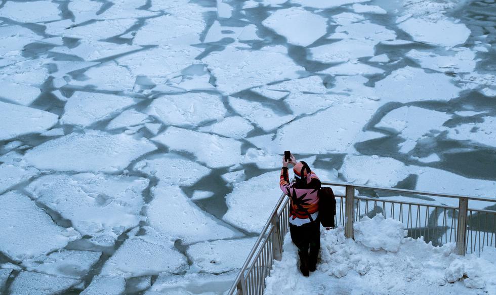 Ola de frío ártico en Estados Unidos: helada brutal congela Chicago. Una persona toma una foto del congelado río Chicago (Foto: Reuters).