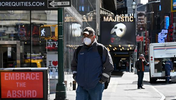 Un hombre con una máscara protectora cruza la 8va Avenida de Nueva York mientras el coronavirus continúa propagándose en Estados Unidos. (Dia Dipasupil / Getty Images / AFP).