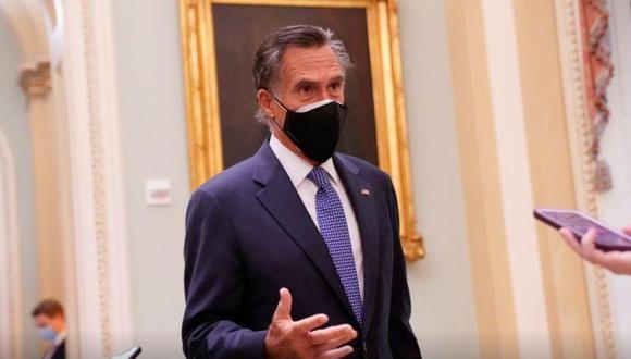 FOTO DE ARCHIVO. El senador estadounidense Mitt Romney habla con periodistas en el Congreso de Estados Unidos en Washington.16 de diciembre de 2020. REUTERS/Erin Scott