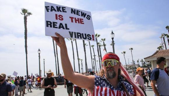 """Un manifestante que duda de la existencia del SARS-CoV-2 y cree que """"las noticias falsas son el verdadero virus"""". (GETTY IMAGES)"""