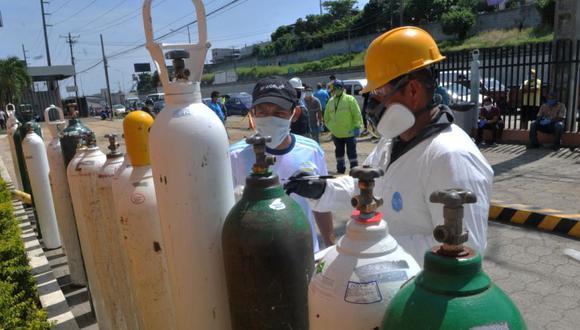 Un hombre compra un cilindro de oxígeno en una fábrica en Guayaquil, Ecuador durante la pandemia del nuevo coronavirus. (Foto: Jose SANCHEZ / AFP)