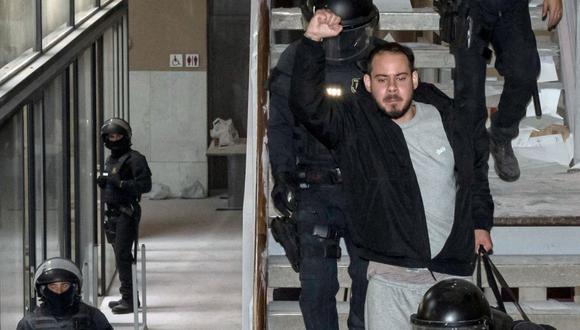 El rapero Pablo Hasel es arrestado en la Universidad de Lleida. (Foto: J. Martin / AFP).