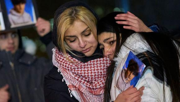 Dolientes se consuelan mutuamente durante una vigilia en Toronto, Canadá, por las víctimas del vuelo 752 de Ukrainian Airlines que se estrelló en Irán. (Foto: AFP)