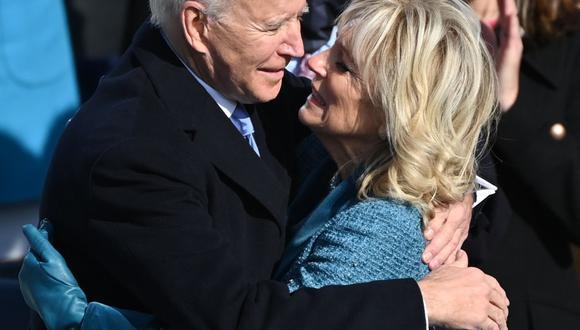Joe Biden abraza a su esposa Jill después de ser juramentado como el 46 ° presidente de los Estados Unidos. (Foto de Brendan SMIALOWSKI / AFP).