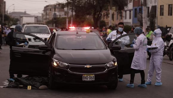 El cuerpo de la víctima quedó tendido a un costado del automóvil de placa BNQ-068. (Foto: Anthony Niño de Guzmán/ @photo.gec)