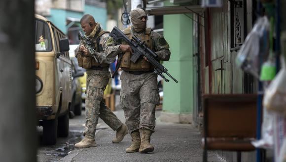 Las favelas de Río de Janeiro son escenario de constantes enfrentamientos armados debido a la presencia de las bandas de narcotraficantes que controlan sus accesos. (Foto referencial, AFP).