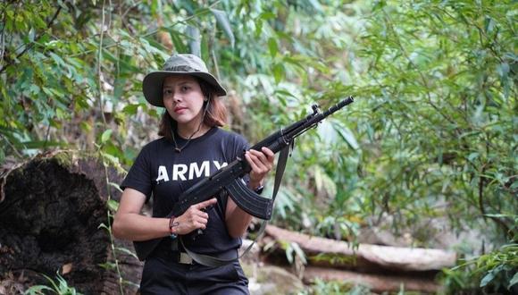 Myanmar: En una foto difundida el martes en su página Facebook, Htar Htet Htet se muestra en sudadera y pantalones negros con un fusil de asalto tipo AK-47. (Foto: Facebook).