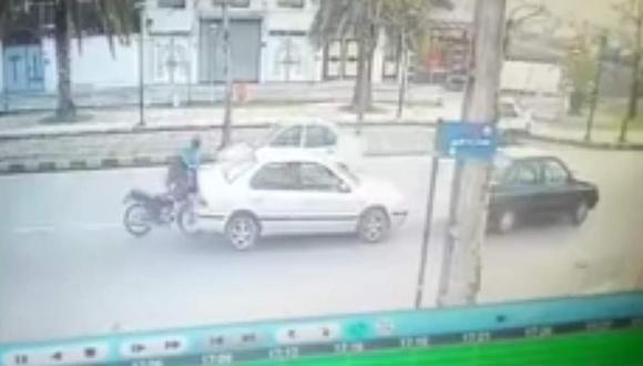 ¡Ni el Hombre Araña!: Motociclista se salva de accidente