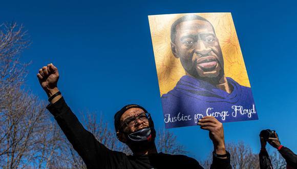 En esta foto de archivo, Chaz Neal, un activista de la comunidad de Redwing, sostiene un cartel en St. Paul, Minnesota (Estados Unidos), el 6 de marzo de 2021. (Kerem Yucel / AFP).