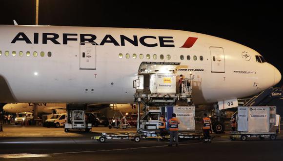 El avión que trajo las 300 mil dosis llegó tras gestiones de la ONG Soluciones Empresariales contra la Pobreza. (Foto: Alberto Orbegoso)