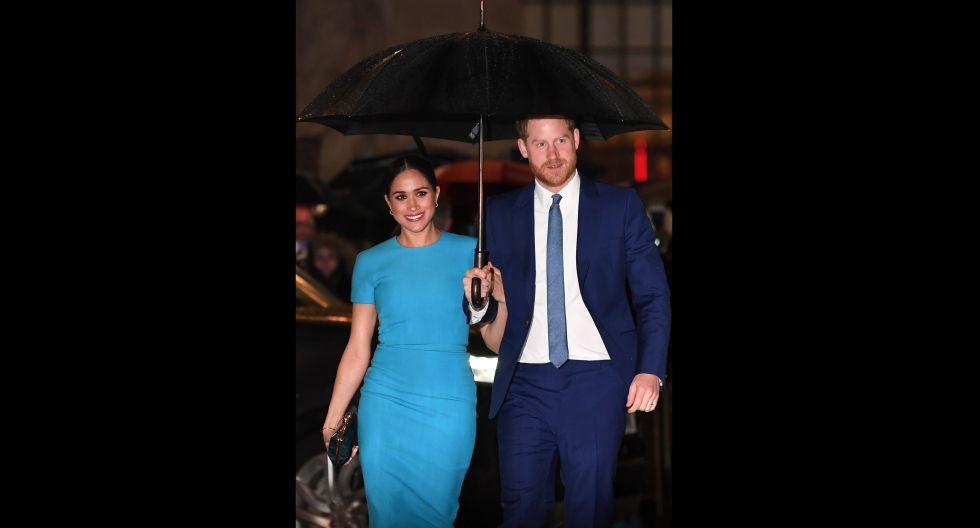 Ambos, acudieron con outfits muy combinables. Meghan lució un vestido ceñido en tono turquesa, mientras que Enrique un terno azul marino de corbato a juego al de su esposa. (Foto: AFP)