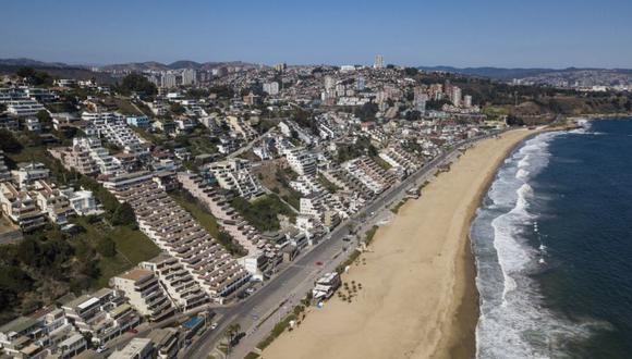 Vista aérea de la playa Reñaca sin bañistas en Viña del Mar, Región de Valparaíso. (Foto: JAVIER TORRES / AFP).