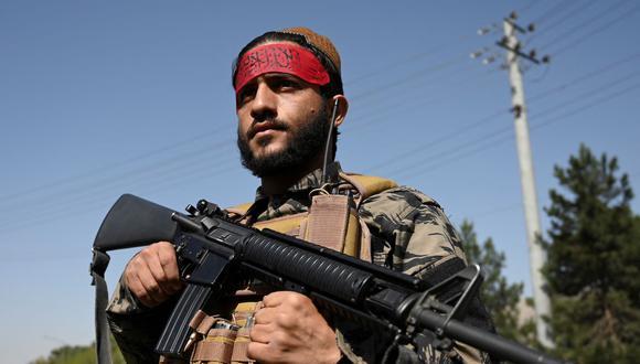 Un combatiente talibán hace guardia en una carretera de Kabul, Afganistán, el 9 de septiembre de 2021. (WAKIL KOHSAR / AFP).