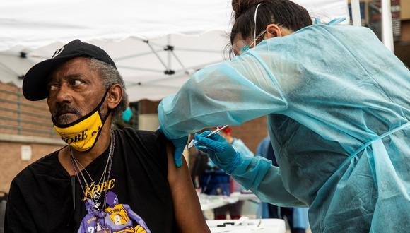 Andrew, de 64 años que vive en un refugio, se vacuna contra el covid-19 mientras personas sin hogar participan en una operación de vacunación en la Misión de Los Ángeles, en Skid Row. (Foto: EFE)