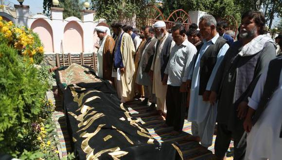 Kaubl es escenario de una larga lista de atauqes desde la caída de los talibanes en 2001. En la foto, Familiares asisten a la ceremonia fúnebre tras ataque suicida en un salón de bodas en Kabul. (Foto: EFE)