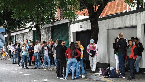 Pese a que la aglomeración de personas ha bajado en las últimas semanas, en su momento hubo hasta 700 venezolanos en un día haciendo cola frente al Consulado del Perú en Caracas para conseguir una visa.