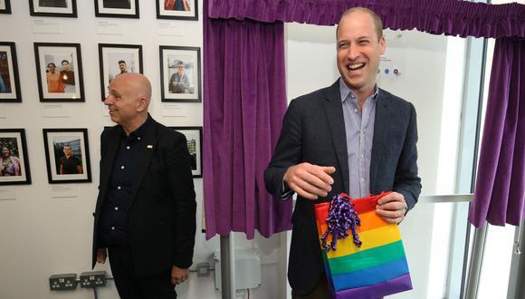 """El príncipe William visitó la sede de la organización LGTB """"Albert Kennedy Trust"""" (AKt), dedicada a ayudar a jóvenes que se han quedado """"sin techo"""" debido a su orientación sexual. (Reuters)."""