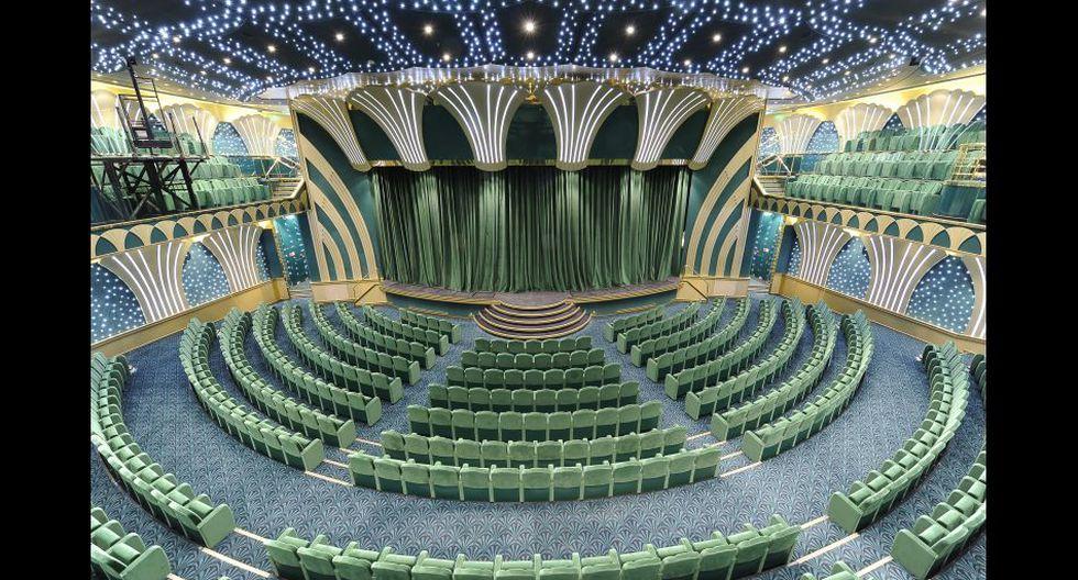 Cuenta también con un teatro de lujo.