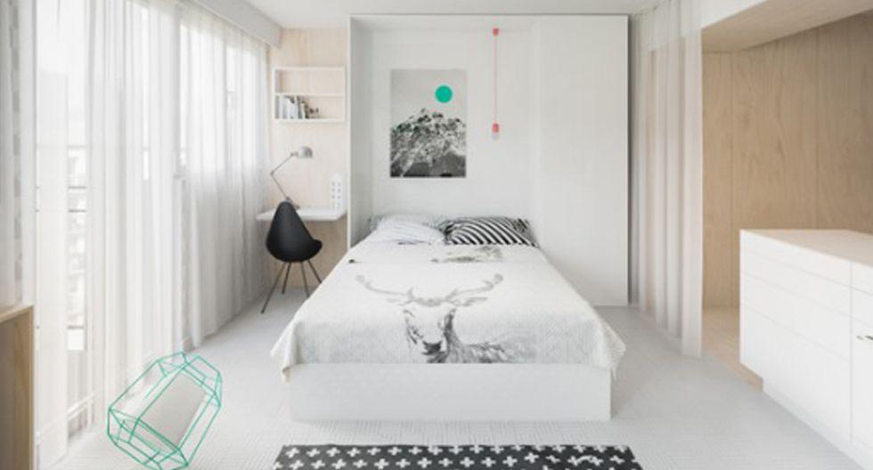 Una cama abatible permite ganar mucho más espacio en la casa. Durante el día permanece oculta, y el área social totalmente despejada, con el fin de favorecer la circulación. (Fotos: Piotr Matuszek)