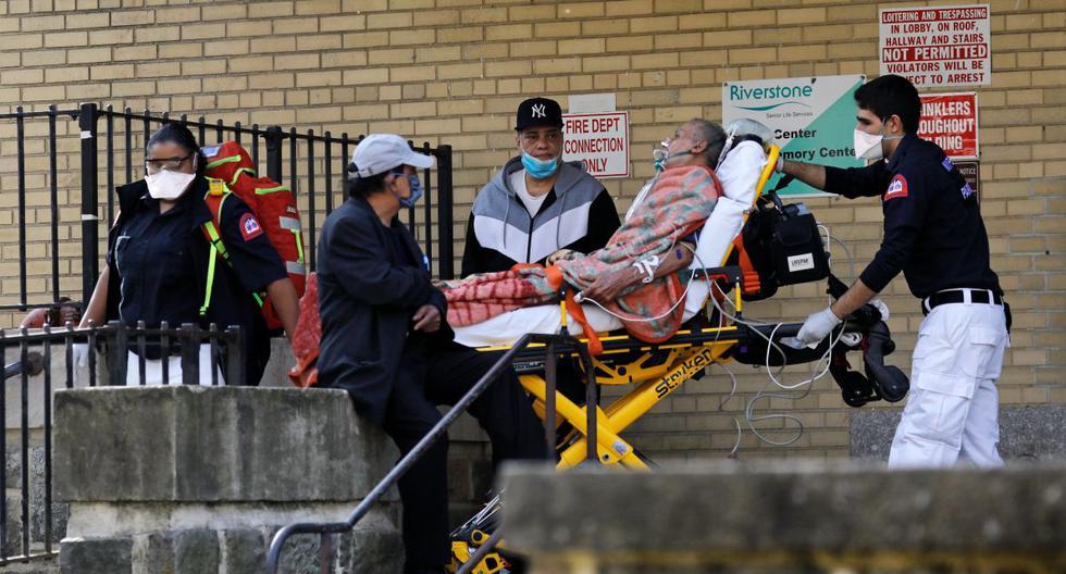 Paramedics take a suspected coronavirus Covid-19 patient from the Fort Washington Senior Rehabilitation Center in New York, New York, USA, 07 April 2020. EFE/EPA/Peter Foley