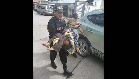 Agentes de la Policía Nacional lograron rescatar a la anciana de 81 años. (FOTOS: Juan C. Sequeiros)