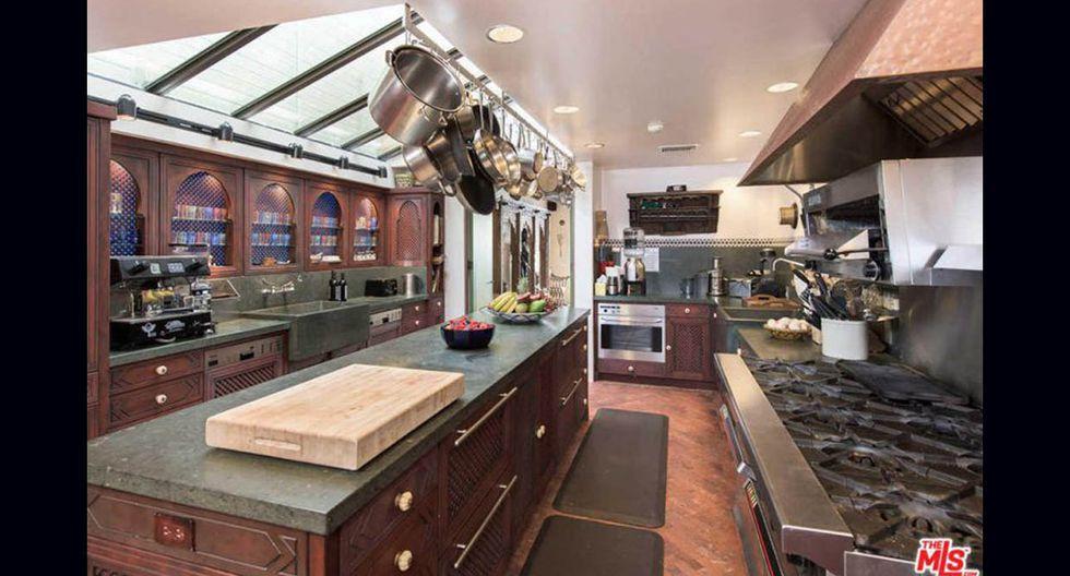 Superficies de hierro, mobliario de madera oscura y piso de terracota conforman la decoración de la cocina. (Foto: MLS / trulia.com)
