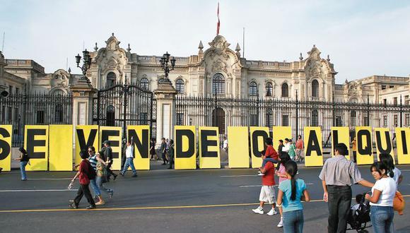 """Proyecto """"Se vende"""", del artista Lalo Quiroz. Palacio de Gobierno y otros edificios estatales fueron intervenidos con letreros que aludían al boom inmobiliario."""